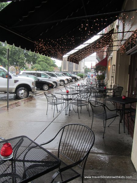 Outdoor dining at Bowling Green's Fountain Square